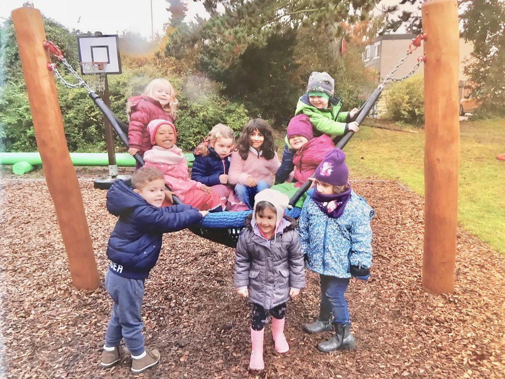 Die neue Vogelnest-Schaukel im Kindergarten Guldenweg.