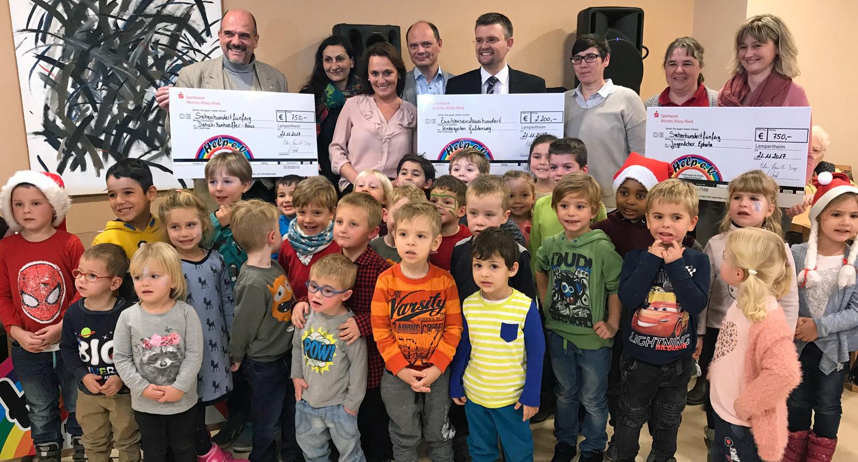Spendenübergabe im Bonhoeffer-Haus - mit Mädchen und Jungen aus dem Kindergarten Guldenweg und dem Jugendchorprojekt von Ephata.